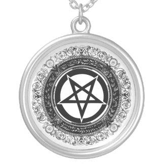 Pentagram adornado colgante redondo