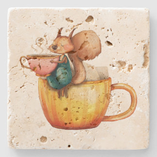 Pequeña ardilla caprichosa linda en una taza de té posavasos de piedra