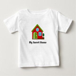 Pequeña camiseta linda de la casa roja y verde