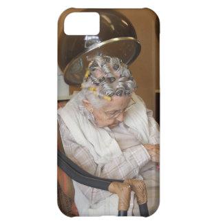 Pequeña mujer mayor dormida debajo del secador de  funda para iPhone 5C