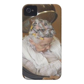 Pequeña mujer mayor dormida debajo del secador de iPhone 4 cárcasas