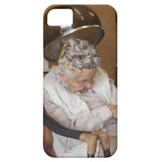Pequeña mujer mayor dormida debajo del secador de iPhone 5 Case-Mate cárcasa
