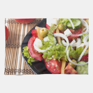 Pequeña porción de ensalada vegetal del tomate toalla de mano