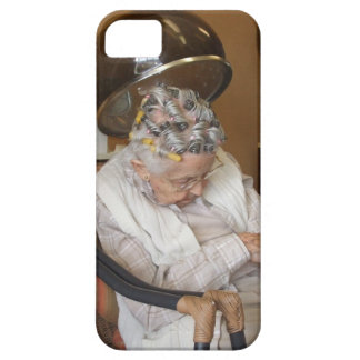 Pequeña señora mayor que duerme debajo del secador iPhone 5 Case-Mate protector