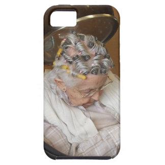 Pequeña señora mayor que duerme debajo del secador iPhone 5 protectores