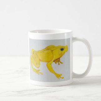 Pequeña taza de café amarilla linda de la rana