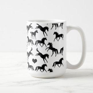 Pequeña taza de café negra de los caballos