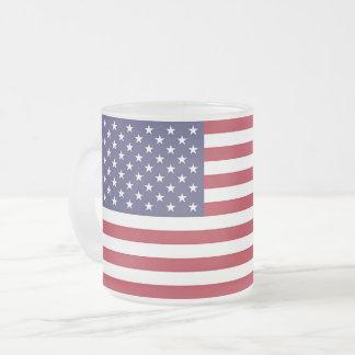 Pequeña taza de cristal helada con la bandera de
