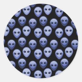 Pequeñas cabezas extranjeras azules pegatina redonda