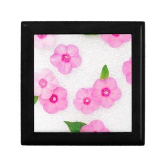 pequeñas flores rosadas joyero