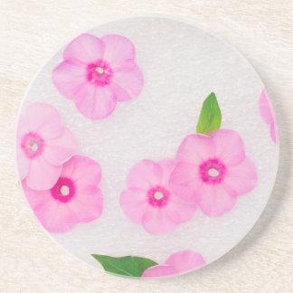 pequeñas flores rosadas posavasos de arenisca