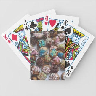 pequeñas tortas de cumpleaños coloridas, comida, baraja cartas de poker