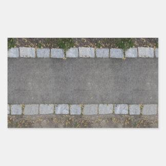 pequeño camino ladrillo-alineado con la hierba y pegatina rectangular
