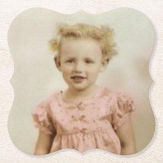 Pequeño chica rubio del vintage en práctico de posavasos de papel