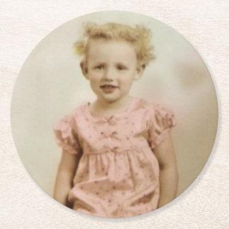 Pequeño chica rubio del vintage en práctico de posavasos redondo de papel