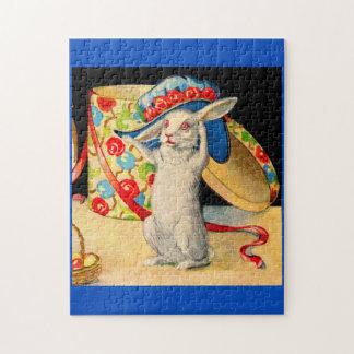 pequeño conejito blanco lindo que lleva el gorra puzzle