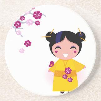Pequeño geisha amarillo en blanco posavasos