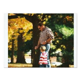 Pequeño muchacho que va para un paseo con Dad.jpg Invitación 16,5 X 22,2 Cm