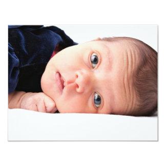 Pequeño niño recién nacido lindo invitación 10,8 x 13,9 cm