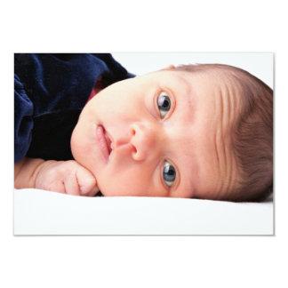 Pequeño niño recién nacido lindo invitación 8,9 x 12,7 cm