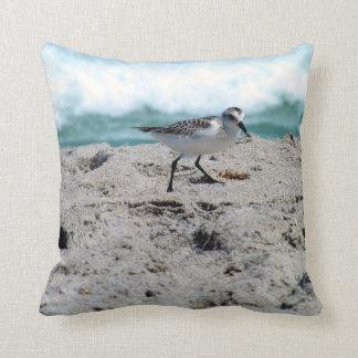 Pequeño pájaro en la costa cojín decorativo