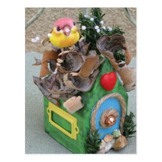 Pequeño pájaro que construye un hogar postal