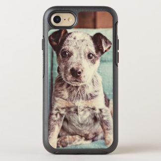 Pequeño perrito lindo en silla del trullo funda OtterBox symmetry para iPhone 8/7