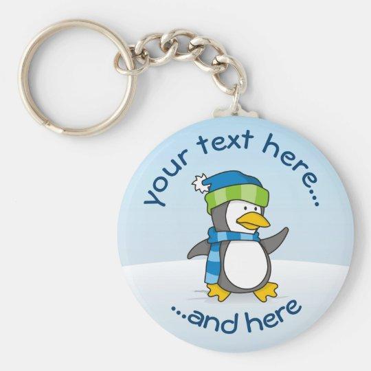 Pequeño pingüino que camina en nieve llavero redondo tipo chapa