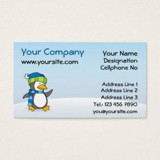 Pequeño pingüino que camina en nieve tarjeta de negocios