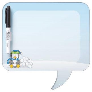 Pequeño pingüino que se sienta con las bolas de pizarra blanca
