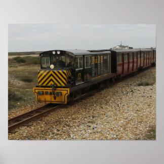 Pequeño poster con el tren diesel en Dungenes Póster