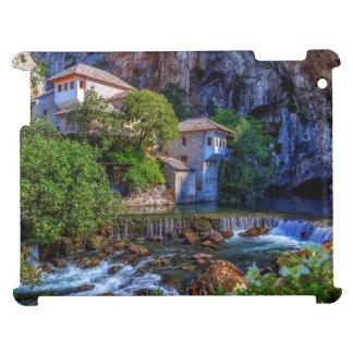 Pequeño pueblo Blagaj en la cascada del Buna,