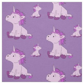 Pequeño unicornio lindo con la melena violeta telas