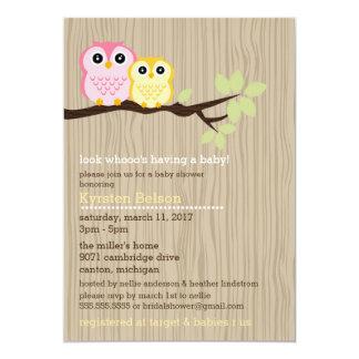 Pequeños búhos en la invitación de la fiesta de