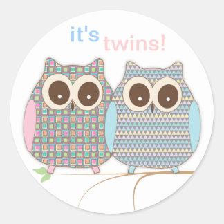 ¡Pequeños búhos gemelos lindos - muchacho y chica! Pegatina Redonda
