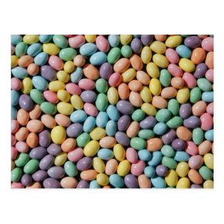 Pequeños caramelos en colores pastel postal