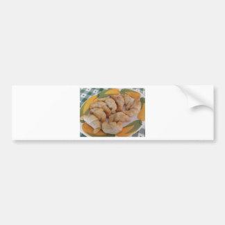 Pequeños croissants salados hechos en casa con la pegatina para coche
