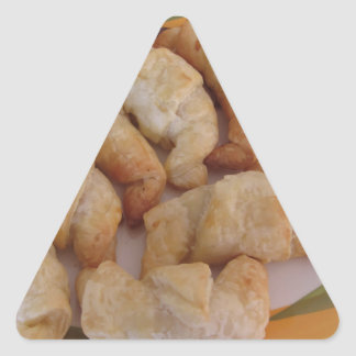 Pequeños croissants salados hechos en casa con la pegatina triangular