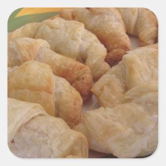 Pequeños croissants salados hechos en casa pegatina cuadrada
