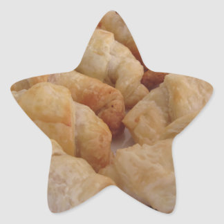 Pequeños croissants salados hechos en casa pegatina en forma de estrella