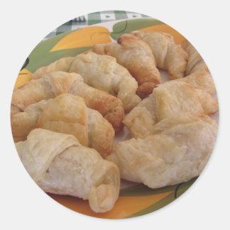 Pequeños croissants salados hechos en casa pegatina redonda