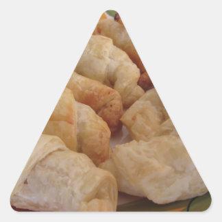 Pequeños croissants salados hechos en casa pegatina triangular