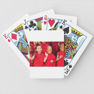 Pequeños monjes en trajes rojos baraja de cartas bicycle