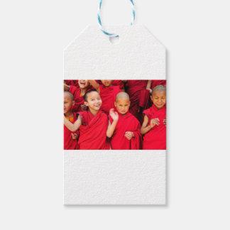 Pequeños monjes en trajes rojos etiquetas para regalos