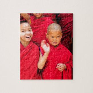 Pequeños monjes en trajes rojos puzzle