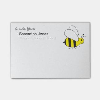Pequeños ocupados manosean la abeja notas post-it®