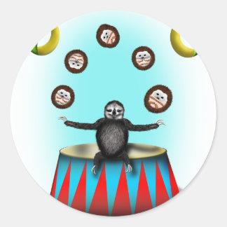 pereza que hace juegos malabares del erizo pegatina redonda