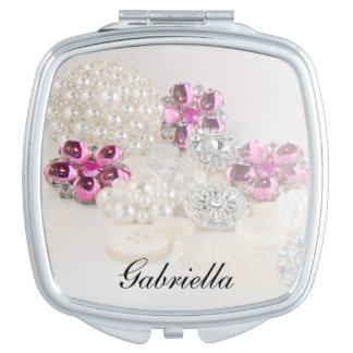 Perlas blancas y el casarse rosado de los botones espejos maquillaje