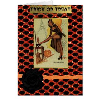 perno de Halloween encima de la tarjeta de