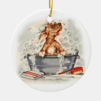 Perrito adorable en baño adorno redondo de cerámica